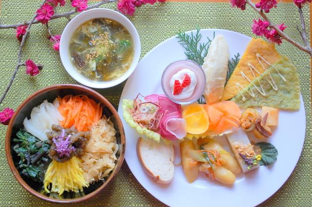 今回の韓国料理(わかめs-プ、ビビンパ、サラダ、トッポッキ、ムッ+ピーナッツソース、キムチ、カクテキ、チヂミ (カボチャとねぎ)、里芋の包み揚げ、イチゴのムース