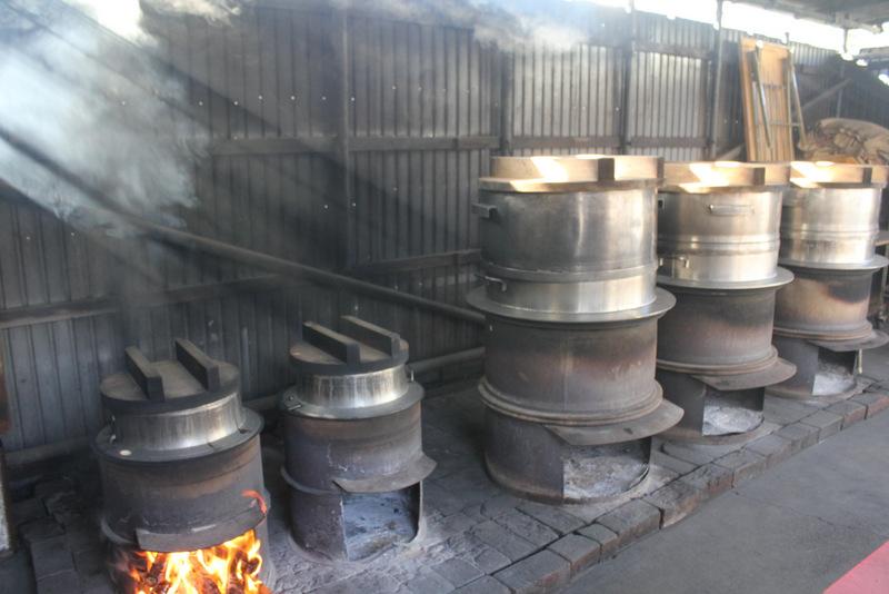 釜戸小屋。すでにお湯が沸いています。