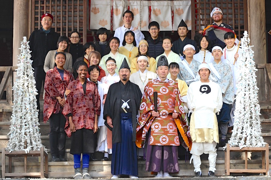 皆神山奉納に参加する受講生たち(2016年)