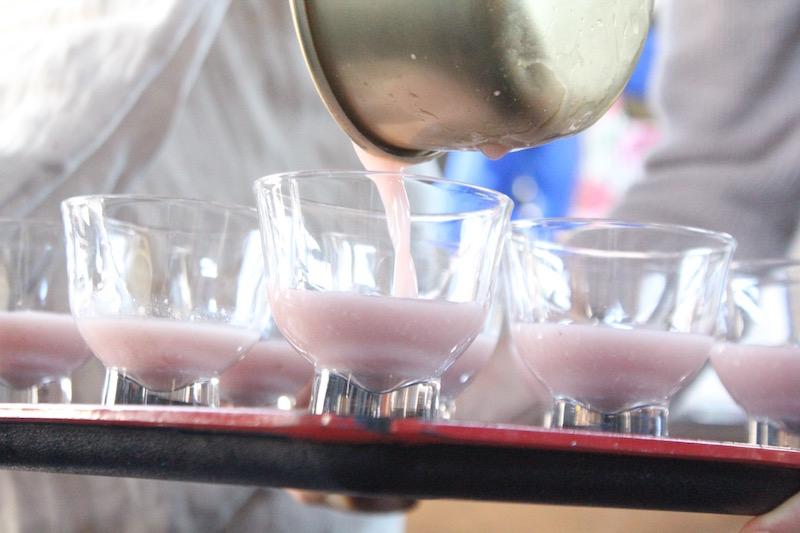 美しいピンク色の、黒米御神酒