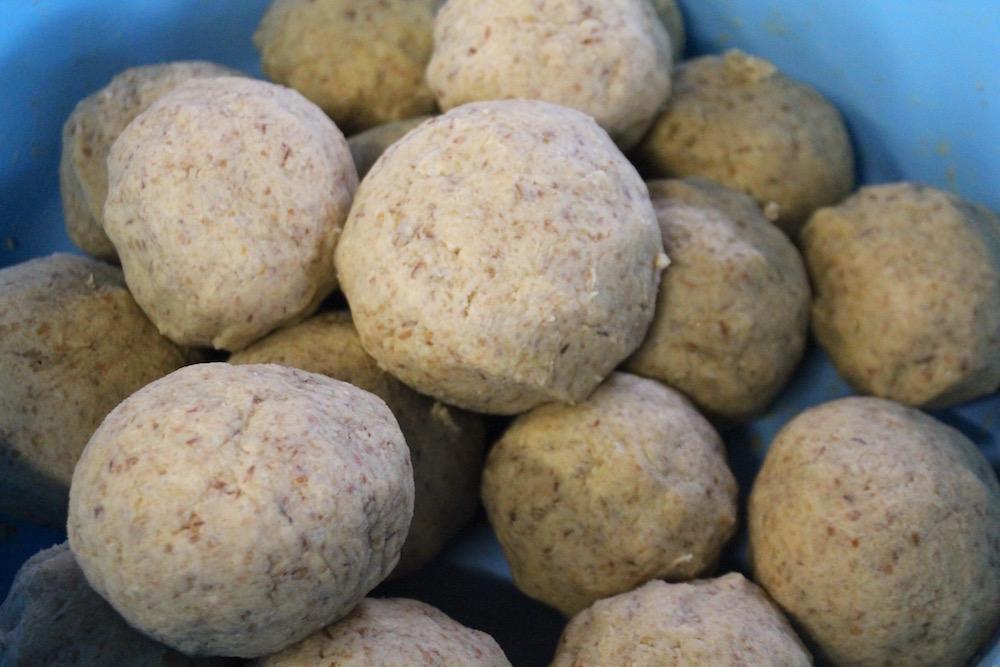 ミンチになった大豆をおだんご状に丸め ───