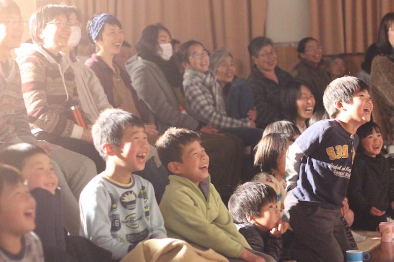 人間の様々な側面を表現する八百万の神々に、受講生も子供達も大笑い