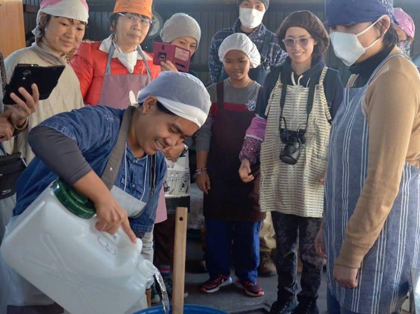 富士浅間木の花祭りで世界中から届いた清水を注いでいきます