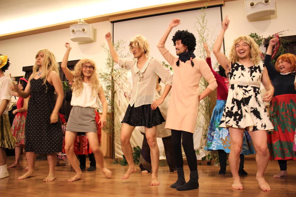AKB48の「恋するフォーチュンクッキー」を踊る受講生たち